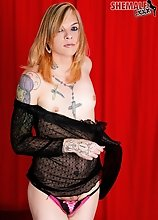 Tattooed alternatie tranny babe