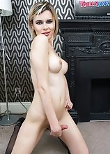 Sexy Russian starlet Yulia Masakowa can't wait to show off that amazing body of hers! Watch her posing, playing with her ass and stroking her dic
